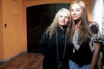 Madre e hija regresan a casa siete años después de huir para evitar una revinculación forzada con el padre