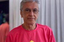 Caetano Veloso se manifiesta contra la ministra de la Familia brasileña vestido de rosado