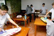 Colegio decide enseñar a sus alumnos cómo coser, planchar y cocinar