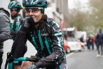 Obligan a parar a una ciclista porque casi alcanza al pelotón masculino