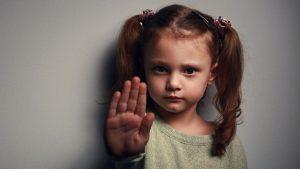 Un niño tiene derecho a no dar besos ni abrazos si no quiere