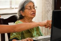 Informe: 3 de cada 10 personas de 60 años o más quiere seguir estudiando
