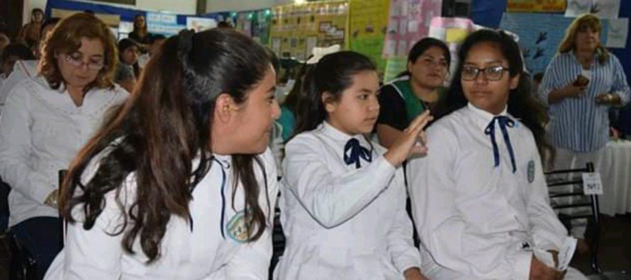 Toda una escuela se unió para aprender lengua de señas por una alumna sorda