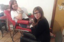 María es tatuadora y cubre gratis las marcas de violencia de género