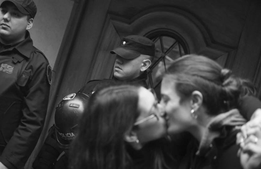 Un año de cárcel por besar a su esposa