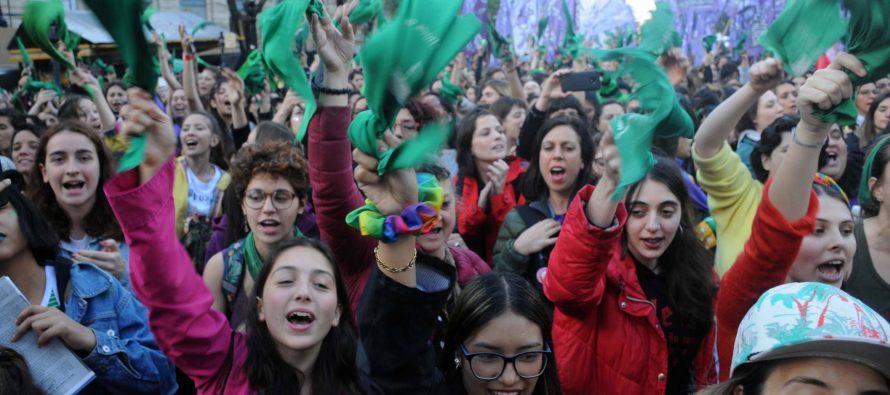 El feminismo argentino exige aborto legal y el fin de la violencia machista al próximo presidente