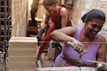 En Brasil una arquitecta enseña a mujeres pobres a construir sus propias casas. Se están empoderando