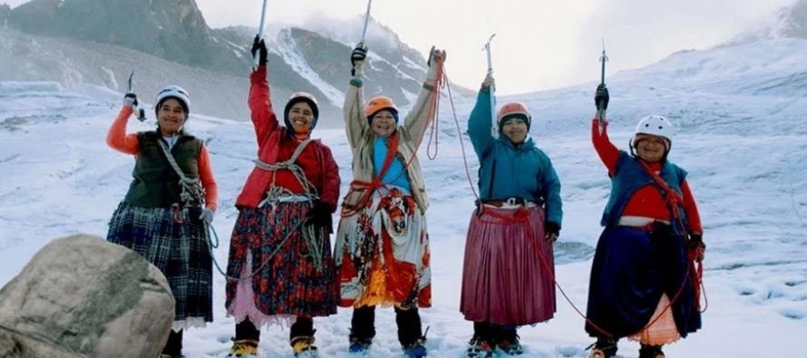Las cholitas escaladoras viajan a España a mostrar un documental de sus vidas