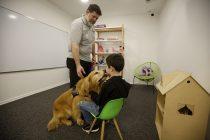 Titán, el perro que ayuda a que niños y niñas declaren por los abusos sexuales