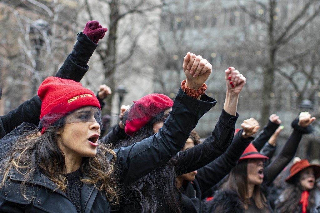"""""""Un violador en tu camino"""" llega a Nueva York durante el juicio a Harvey Weinstein"""