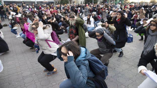 """En Turquía un """"Violador en tu camino"""" se termino entonando en el Congreso por haber la policía disolvió la manifestación callejera"""