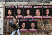 """Las caras """"golpeadas"""" de Michelle Obama y Hillary Clinton para denunciar la violencia contra las mujeres en Italia"""