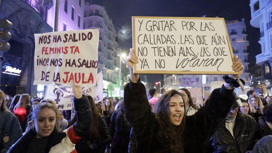 """Ana Requena: """"La vergüenza es un mecanismo muy potente que tiene el patriarcado para doblegar a las mujeres"""". Pancartas en la manifestación del 8M este año en Madrid.eldiario.es"""