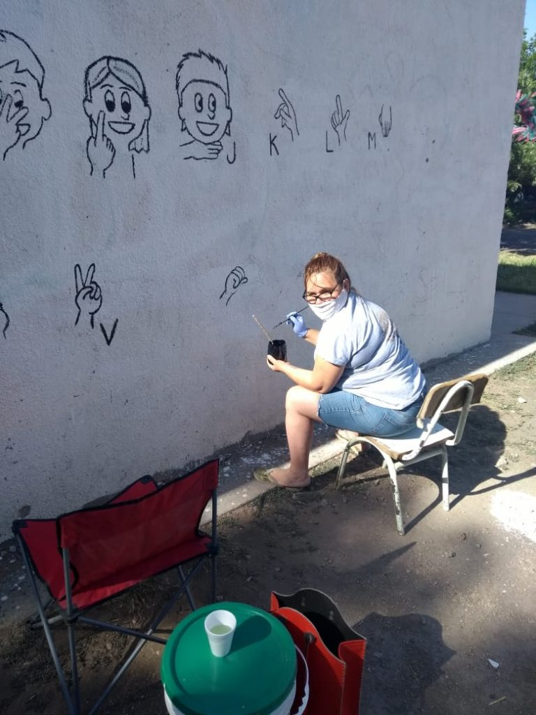Pintan mural de lengua de señas en el Barrio Congreso