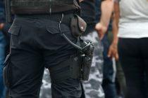 Les quitarán el arma a los policías denunciados por violencia de género