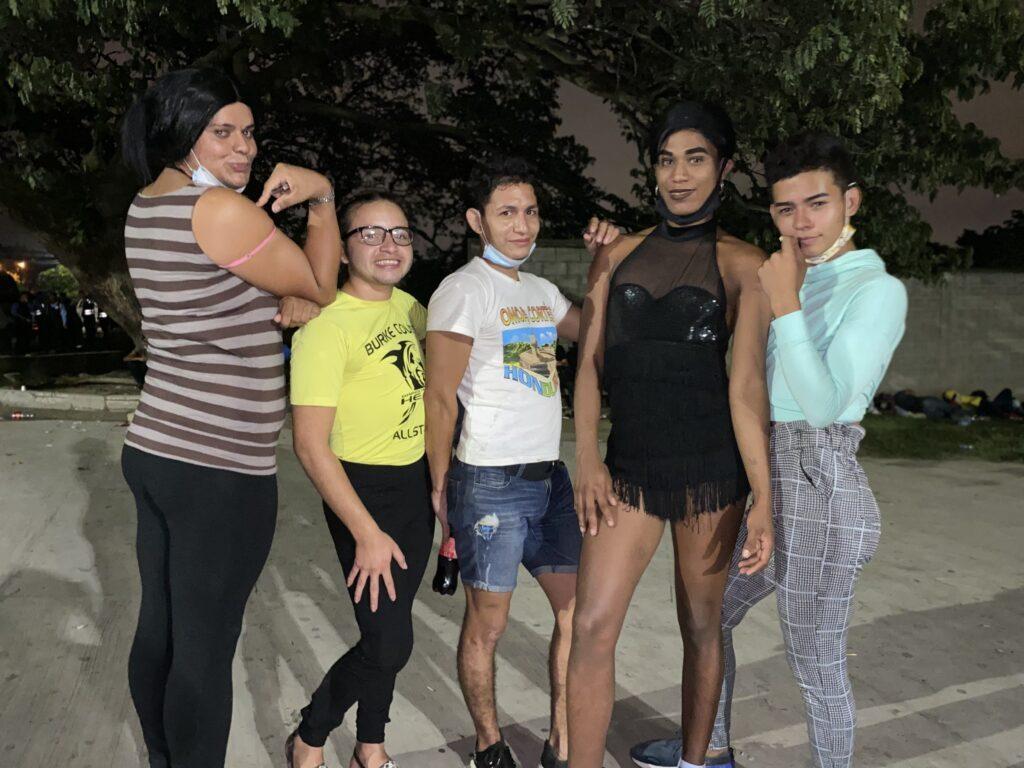 Así viven 300 personas LGBT+ en la primera caravana migrante hondureña de 2021